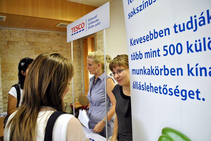 Budapest, 2011. július 13.Álláskeresők érdeklődnek az egyik munkahelyet kínáló cégnél a Kispesti Művelődési Házban, ahol a kispesti önkormányzat és a területileg illetékes munkaügyi központ támogatásával állásbörzét rendezett a szeptember végén nyíló bevásárló- és üzletközpont, a kispesti KÖKI Terminál. A börzére több ezer embert várnak és több mint 1500 munkahelyet kínálnak a jelentkezőknek.MTI Fotó: Balaton József