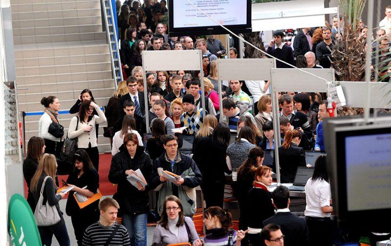 Budapest, 2012. február 22.Érdeklődők érkeznek a HVG Állásbörzére a budapesti Syma csarnokban.MTI Fotó: Földi Imre