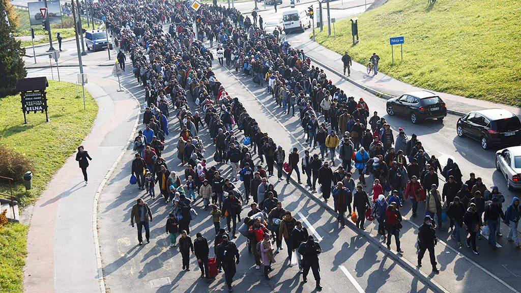 Sentilj, 2015. október 31.Migránsok a szlovén-osztrák határ felé mennek rendőri kísérettel a szlovéniai Sentiljben 2015. október 31-én.MTI Fotó: Varga György