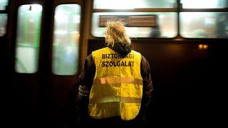 Budapest, 2012. február 29.A BKV biztonsági szolgálatának dolgozója várakozik a 914-es, éjszaka közlekedő autóbusz megállójában.MTI Fotó: Kollányi Péter