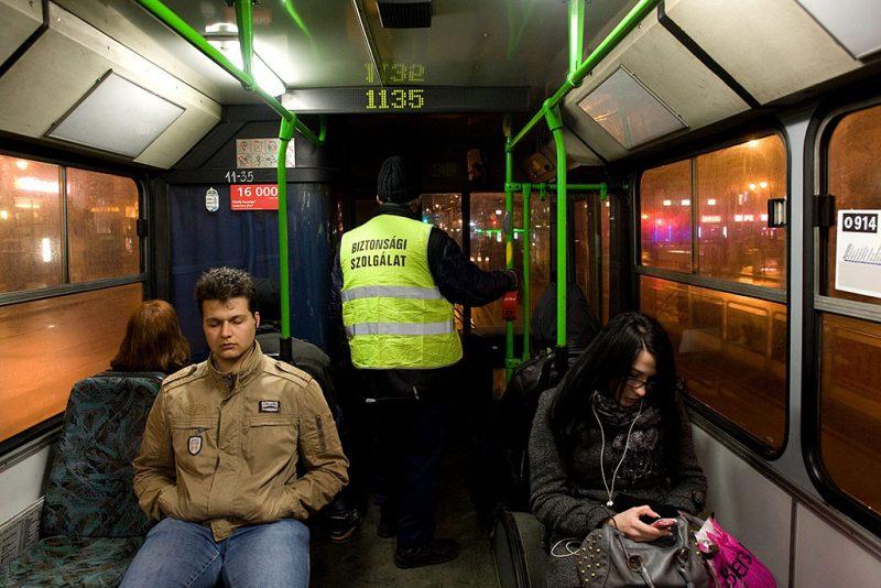 Budapest, 2012. február 29.A BKV biztonsági szolgálatának ellenőre dolgozik a 914-es, éjszaka közlekedő autóbuszon.MTI Fotó: Kollányi Péter