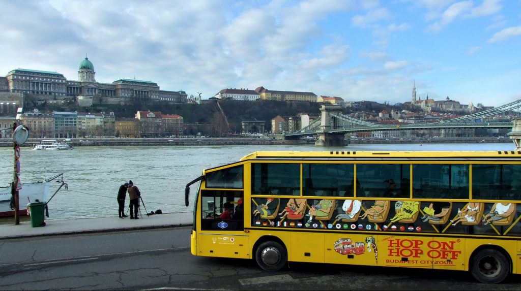 Budapest, 2016. február 9. Két turista állványról fényképezi a Budai Vár épületeit és a Lánchidat a pesti Duna-partról. Az elõtérben a Hop On-Hop Off városnézõ buszjárat egyik autóbusza áll. MTVA/Bizományosi: Jászai Csaba  *************************** Kedves Felhasználó! Ez a fotó nem a Duna Médiaszolgáltató Zrt./MTI által készített és kiadott fényképfelvétel, így harmadik személy által támasztott bárminemû – különösen szerzõi jogi, szomszédos jogi és személyiségi jogi – igényért a fotó készítõje közvetlenül maga áll helyt, az MTVA felelõssége e körben kizárt.
