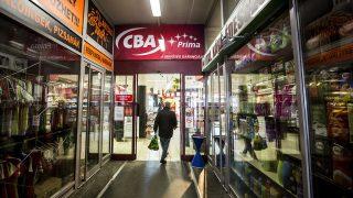 Budapest, 2015. március 22.Egy vasárnap is nyitva tartó CBA üzlet a Fény utcai piac bezárt boltjai között 2015. március 22-én.MTI Fotó: Mohai Balázs