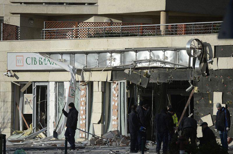 Budapest, 2014. január 13.Rendőrök és tűzoltók dolgoznak egy pénzintézeteknek helyet adó megrongálódott épület előtt 2014. január 13-án a XIII. kerületi Lehel utcában, miután az épület utcafronti fala mintegy tíz négyzetméter területen robbanás miatt kidőlt. Az elsődleges vizsgálatok szerint a robbanást ismeretlen szerkezetű és ismeretlen típusú robbanóanyag okozta, a bűncselekmény nem emberi élet kioltására vagy személyi sérülés okozására irányult. Szemtanúk egy motorost láttak elhajtani az épület elől a robbanást megelőzően.MTI Fotó: Bruzák Noémi