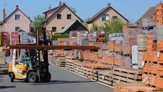 Debrecen, 2016. április 18.Építőanyagok rakodása az udvari depóban a GSV Kereskedelmi Kft. (Gulyás Tüzép) építőanyag-telepén. A 25 éves cég áruházában és tüzép telepén - 50 ezer négyzetméteren - csaknem 100 ezer terméket kínál a lakosság és az építőipari vállalkozók, kivitelezők részére. A Családok Otthonteremtési Kedvezménye (CSOK) program hatására a korábban tapasztaltakhoz mérten 20 százalékkal többen keresik fel a Kft. telephelyeit.MTVA/Bizományosi: Oláh Tibor ***************************Kedves Felhasználó!Ez a fotó nem a Duna Médiaszolgáltató Zrt./MTI által készített és kiadott fényképfelvétel, így harmadik személy által támasztott bárminemű – különösen szerzői jogi, szomszédos jogi és személyiségi jogi – igényért a fotó készítője közvetlenül maga áll helyt, az MTVA felelőssége e körben kizárt.