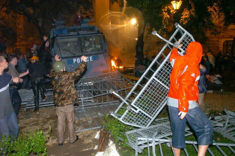 Budapest, 2006. szeptember 19. A tüntetõk elfoglalják a rendõrök vízágyúval felszerelt rohamkocsiját a Magyar Televízió bejáratánál, amikor több mint ezer tüntetõ ostromolta meg az MTV épületét. MTI Fotó: Kovács Tamás