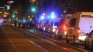 Budapest, 2016. szeptember 25. Rendõrautók sorakoznak 2016. szeptember 25-én a fõvárosi Király utca és a Teréz körút keresztezõdésénél, ahol ismeretlen eredetû robbanás történt 24-én késõ este az egyik földszinti üzlethelyiségben. Az elsõdleges információk szerint két ember megsérült, a mentõk kórházba szállították õket. A rendõrség körbezárta a környéket, vizsgálják a robbanás körülményeit. MTI Fotó: Mihádák Zoltán
