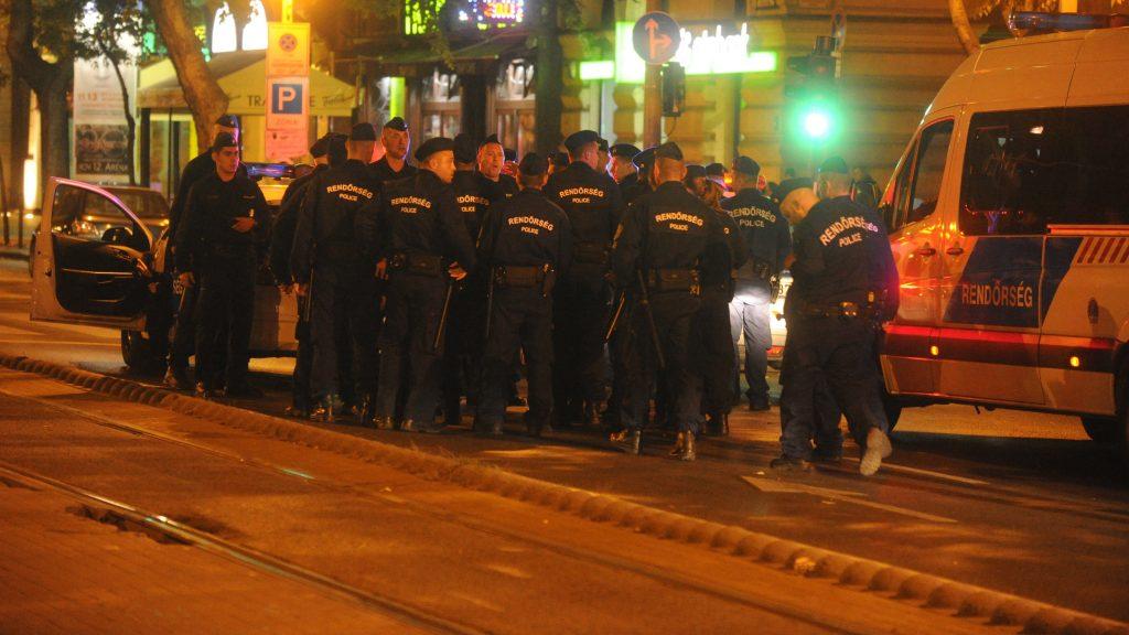 Budapest, 2016. szeptember 25. Rendõrök gyülekeznek 2016. szeptember 25-én a fõvárosi Király utca és a Teréz körút keresztezõdésénél, ahol ismeretlen eredetû robbanás történt 24-én késõ este az egyik földszinti üzlethelyiségben. Az elsõdleges információk szerint két ember megsérült, a mentõk kórházba szállították õket. A rendõrség körbezárta a környéket, vizsgálják a robbanás körülményeit. MTI Fotó: Mihádák Zoltán