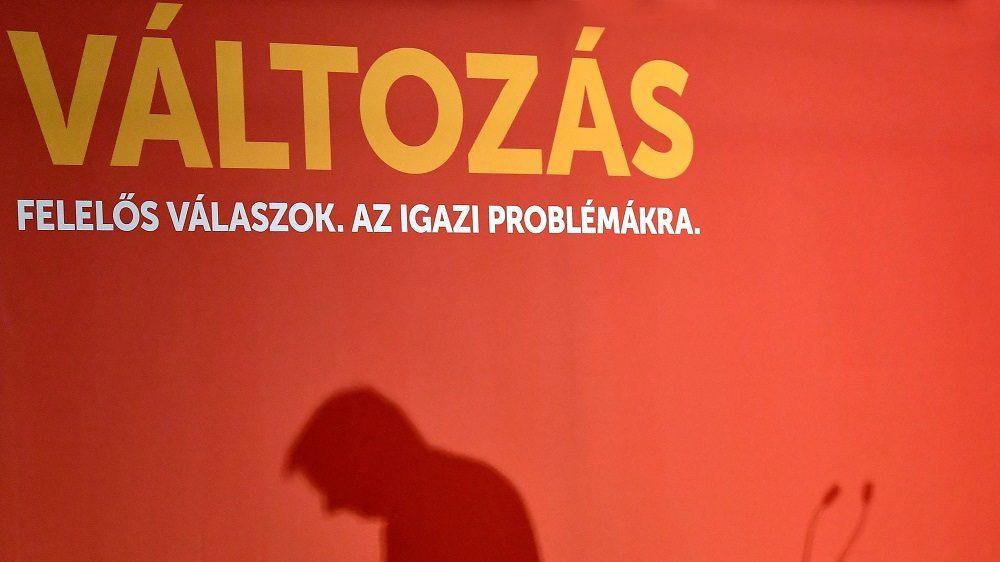 Budapest, 2016. szeptember 3. Molnár Gyulának, az Magyar Szocialista Párt (MSZP) elnökének árnyéka a párt országos választmányának évad- és kampánynyitó rendezvényén a Dürer Rendezvényházban 2016. szeptember 3-án. MTI Fotó: Illyés Tibor