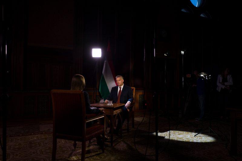 Budapest, 2016. szeptember 27. A Miniszterelnöki Sajtóiroda által közreadott képen Orbán Viktor miniszterelnök sajtótájékoztatót ad az M1 aktuális csatornának 2016. szeptember 27-én. MTI Fotó: Miniszterelnöki Sajtóiroda/MTVA