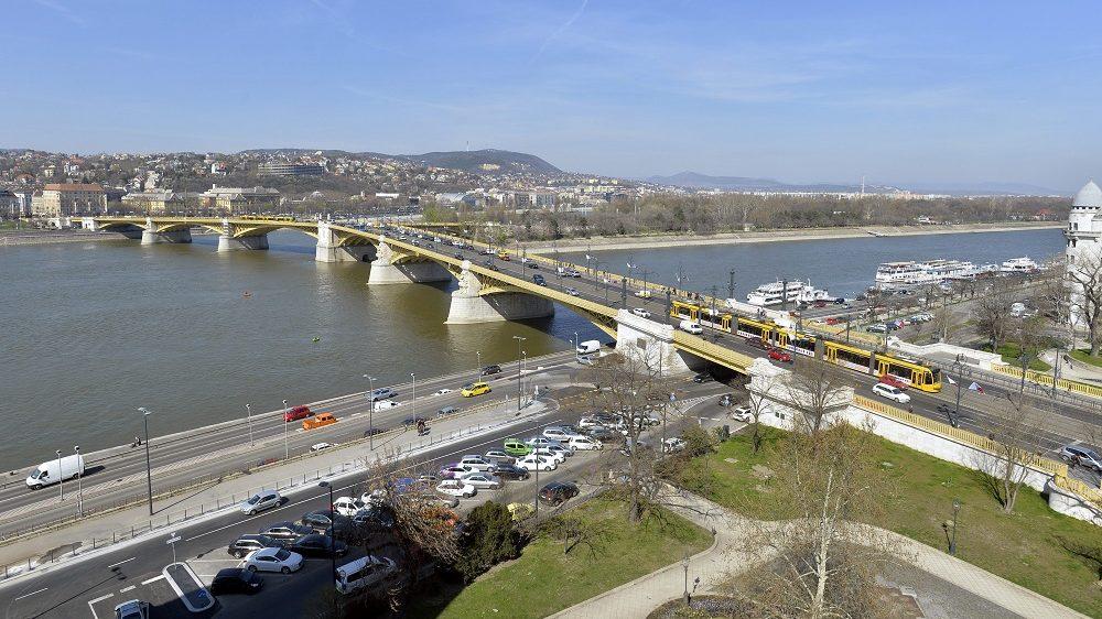 Budapest, 2014. március 21. A Margit híd látképe, jobbra egy Combino villamos halad, középen a Margitsziget 2014. március 21-én. MTI Fotó: Máthé Zoltán