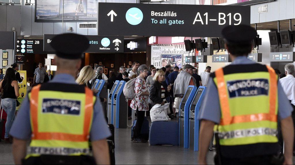 Budapest, 2016. szeptember 27. Rendõrök a Liszt Ferenc Nemzetközi Repülõtér utastermináljában 2016. szeptember 27-én, ahol szigorított ellenõrzés van a múlt heti budapesti robbanás miatt. A fõváros VI. kerületében, a Teréz körút 2-4. elõtt szeptember 24-én este robbanás történt, amelyben két rendõr megsérült, az egyik életveszélyesen, a másik súlyosan. A rendõröket kórházban ápolják, az orvosok mindkettõjük állapotát stabilizálták. MTI Fotó: Máthé Zoltán