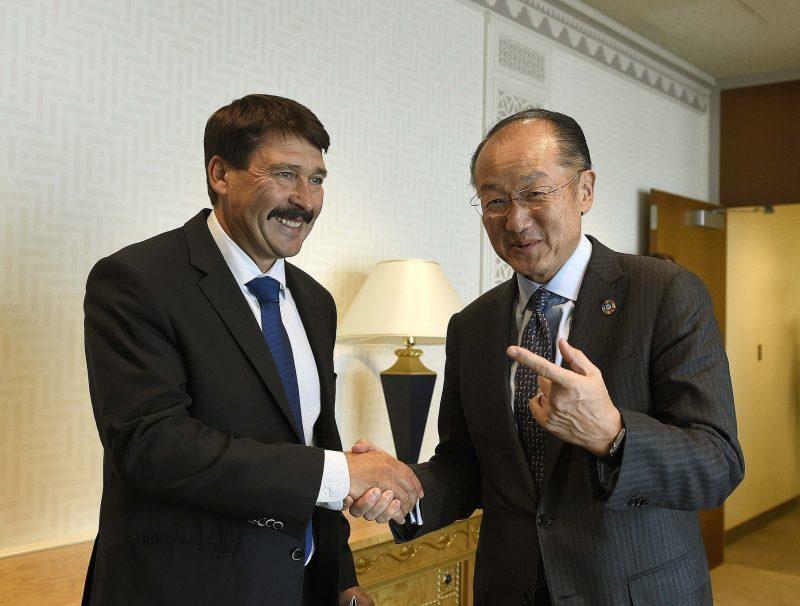 New York, 2016. szeptember 22. Áder János köztársasági elnök (b) és a Világbank elnöke, Jim Yong Kim találkozója az ENSZ New York-i székházában 2016. szeptember 21-én. MTI Fotó: Bruzák Noémi