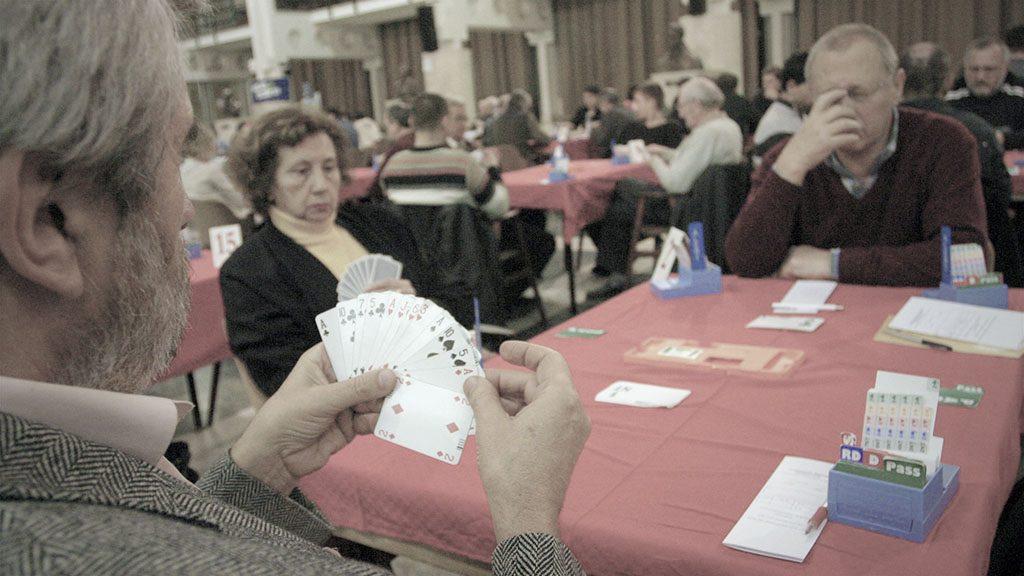 """Miskolc, 2006. november 25.Magyarország legnagyobb bridzsversenye kezdődött november 24-én a Miskolci Egyetem díszaulájában. A négyfordulós, háromnapos rendezvényen csaknem kétszáz versenyző méri össze tudását. A magyar élmezőny mellett holland, cseh, szlovák, ukrán, román és osztrák """"kártyások"""" is neveztek.MTI Fotó: Vajda János"""