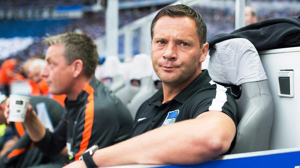 Berlin, 2016. szeptember 18. Dárdai Pál, a Hertha BSC vezetõedzõje (j) és asszisztense, Rainer Widmayer a Schalke elleni német elsõ osztályú labdarúgó-bajnokságban játszott mérkõzésen a berlini Olimpiai Stadionban 2016. szeptember 18-án. (MTI/EPA/Annegret Hilse)