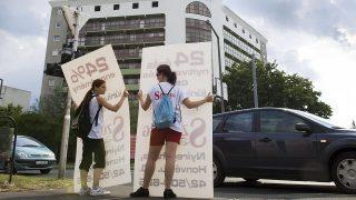 Nyíregyháza, 2008. június 13.Megkezdődött a vakáció és ezzel szinte egy időben máris megjelentek a diákmunkások Nyíregyháza utcáin is. Kovács Bianka és Németh Nikoletta a reggeli és délutáni csúcsforgalomban óránként 550 forintért másfél-másfél óráig tartja az autósok elé egy szőnyegszalon hirdetését. A nyárra több mint húszféle diákmunkát kínálnak a cégek a vakációzó fiataloknak Szabolcs-Szatmár-Bereg megyében. Az ajánlatok között található például informatikai adatrögzítői, titkárnői, fordítói, árufeltöltői, katalógusterjesztői, csomagolási, sőt műszakos fizikai munka is, az órabér átlagosan 400 forint.MTI Fotó: Kiss István
