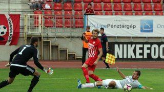 Miskolc, 2016. augusztus 21.A diósgyőri kapus, Nagy Gergely (b), csapattársa, Bacsa Patrik és a Vasas játékosa, Debreceni András (földön) a labdarúgó OTP Bank Liga 7. fordulójában játszott Diósgyőri VTK - Vasas találkozón a Diósgyőri Stadionban 2016. augusztus 21-én. A listavezető Vasas 1-1-es döntetlent játszott a Diósgyőr vendégeként.MTI Fotó: Vajda János
