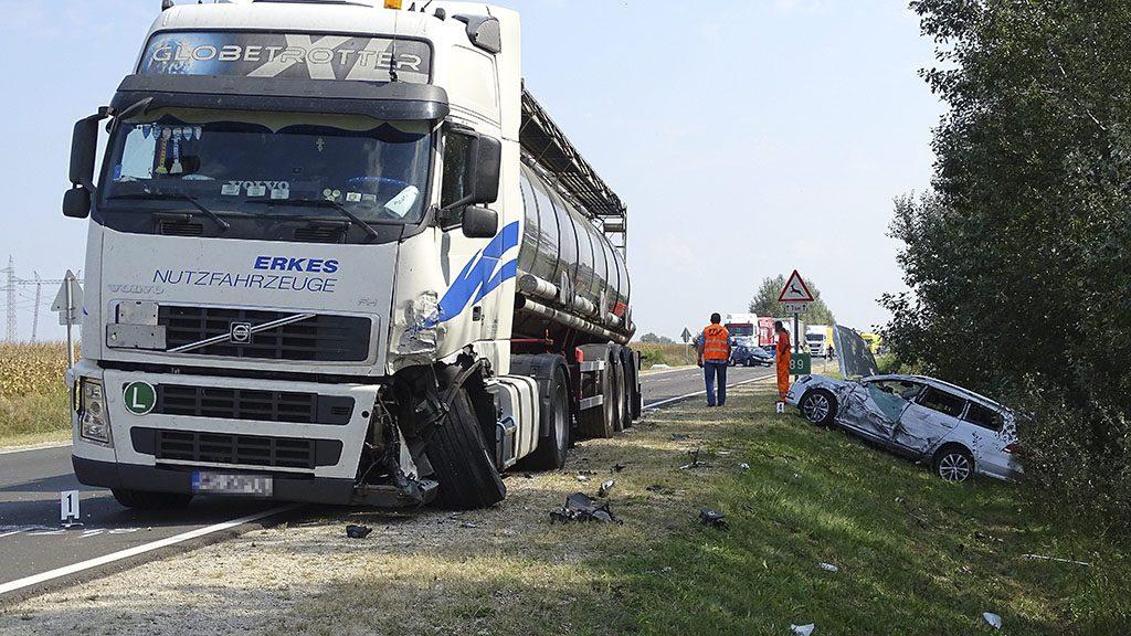 Abony, 2016. szeptember 12.Összetört teherautó és személygépkocsi a 4-es főút Abonyt elkerülő szakaszán, ahol két személyautó és egy kamion rohant egymásba 2016. szeptember 12-én. A balesetben egy ember meghalt, ketten könnyebben megsérültek.MTI Fotó: Donka Ferenc