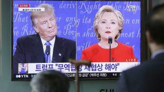 Szöul, 2016. szeptember 27.Donald Trump republikánus párti (b) és Hillary Clinton demokrata párti elnökjelölt első televíziós vitáját nézik élő adásban utasok a szöuli főpályaudvaron 2016. szeptember 26-án. Az elnökválasztást november 8-án tartják az Egyesült Államokban. (MTI/AP/Ahn Jang Dzsun)