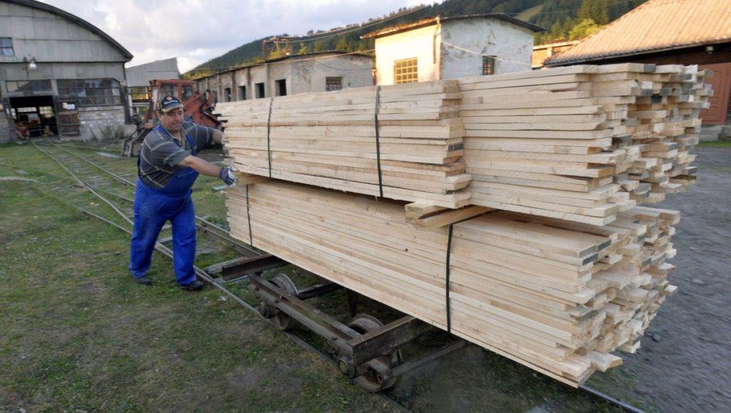 Kommandó, 2016. július 26. Egy dolgozó a székelyföldi Kommandó településen, az 1892-ben épített helyiérdekû vasút 1996-ban megszûnt vonalán lévõ fûrészüzemben, a Keleti-Kárpátokban 2016. július 22-én. MTI Fotó: Máthé Zoltán