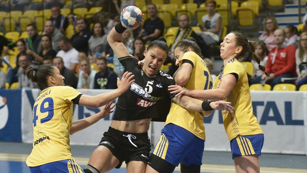 Gdynia, 2016. szeptember 18. Daniela De Oliveira Piedade, az Alba Fehérvár (b2), valamint Patricia Matieli Machado (b), Magdalena Stanulewicz (j2) és Katarzyna Janiszewska, a lengyel Vistal Gdynia játékosa a nõi kézilabda EHF Kupa elsõ fordulójában játszott visszavágó mérkõzésen Gdyniában 2016. szeptember 18-án. A Fehérvár 27-17-re nyert, így kettõs gyõzelemmel, 55-34-es összesítéssel továbbjutott a második fordulóba. (MTI/PAP/Dominik Kulaszewicz)