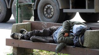 Pécs, 2011. május 17.Egy hajléktalan pihen a József Attila úton. A Pécsi Egyházmegye és a városi önkormányzat együttműködéseként a városban élő több mint ezer hajléktalan részére adták át május 14-én a Remény Háza névre keresztelt nappali melegedőt Pécsett, a Tüskésréti úton. A mintegy 15 millió forint pályázati forrásból felújított épületben naponta félszáz hajléktalannak van lehetősége tisztálkodásra, étkezésre.MTI Fotó: Kálmándy Ferenc