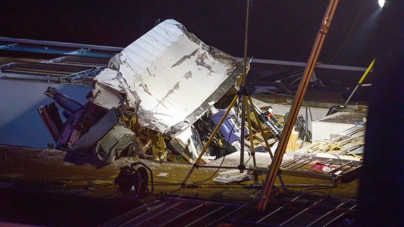 Erlangen, 2016. szeptember 11. 2016. szeptember 11-én készült kép egy Budapestre tartó szállodahajó összeroncsolódott tetejéről, miután a jármű hídnak ütközött a Duna-Rajna-Majna csatornán a bajorországi Erlangenben. A balesetben a legénység két magyar tagja életét vesztette. A hajón 181 utas és 49 fős legénység tartózkodott.  (MTI/EPA/Nicolas Armer)
