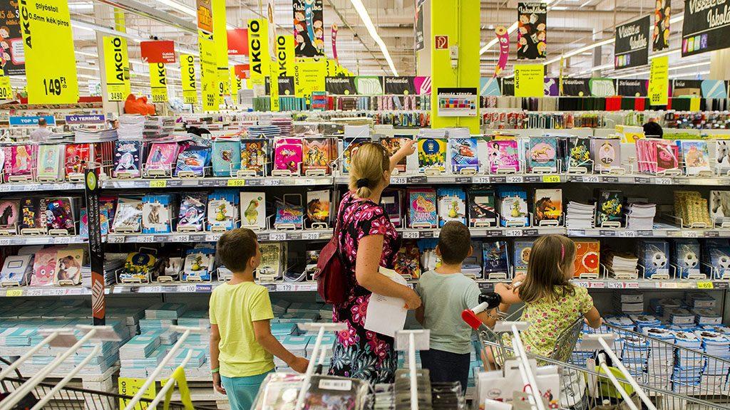 Budaörs, 2015. augusztus 25.Vásárlók a tanszerek között válogatnak a szeptemberi iskolakezdéshez egy budaörsi bevásárlóközpontban 2015. augusztus 25-én.MTI Fotó: Illyés Tibor