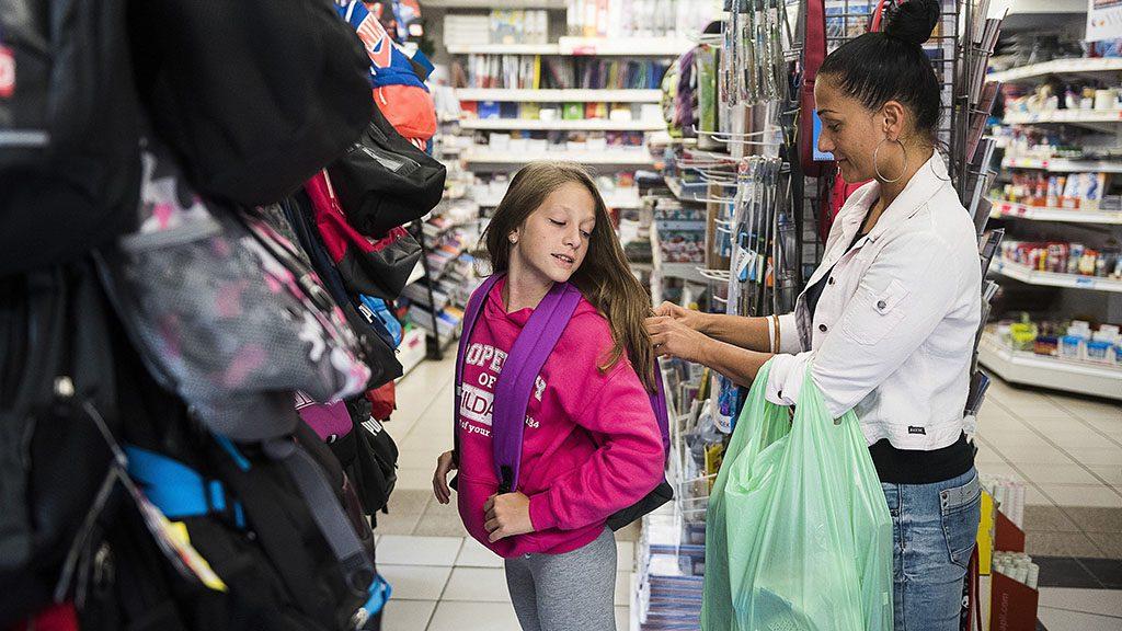 Nyíregyháza, 2016. augusztus 11.Egy anyuka lányával iskolatáskát vásárol a szeptemberi tanévkezdéshez egy papír-írószer üzletben, Nyíregyházán 2016. augusztus 11-én.MTI Fotó: Balázs Attila