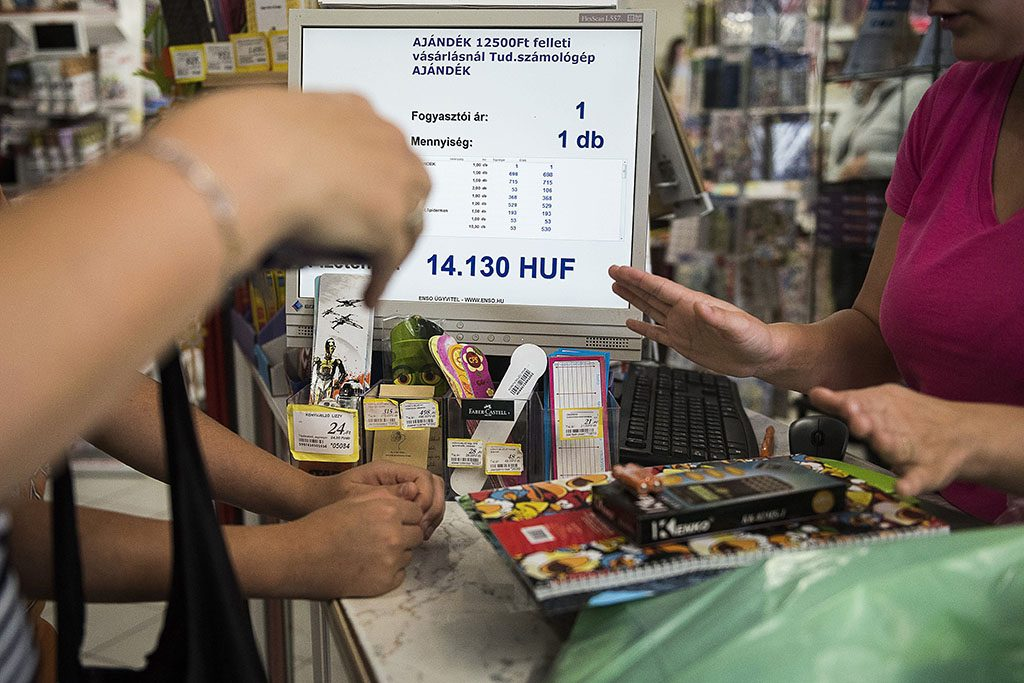 Nyíregyháza, 2016. augusztus 11.Egy anyuka fiával tanszereket vásárol a szeptemberi tanévkezdéshez egy papír-írószer üzletben, Nyíregyházán 2016. augusztus 11-én.MTI Fotó: Balázs Attila