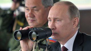 Juzsno-Szahalinszk, 2013. július 16. Vlagyimir Putyin orosz elnök az orosz hadsereg kelet-szibériai hadgyakorlatát nézi meg a Szahalin-szigeten fevõ Juzsno-Szahalinszk közelében 2013. július 16-án. A háttérben Szergej Sojgu orosz védelmi miniszter. (MTI/EPA/RIA Novosztyi/Elnöki sajtószolgálat/Alekszej Nyikolszkij)
