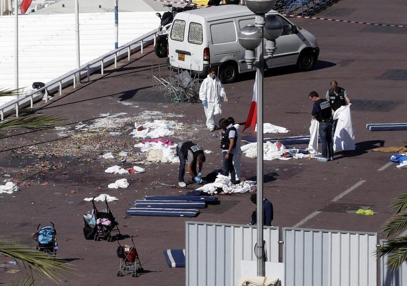 Nizza, 2016. július 15. Bûnügyi helyszínelõk nyomoznak 2016. július 15-én a dél-franciaországi Nizza tengerparti sétányán, ahol elõzõ este egy 31 éves tunéziai férfi bérelt teherautóval a Bastille napi ünnepségen részt vevõ tömegbe hajtott. Legkevesebb nyolcvannégyen életüket vesztették, mintegy hetvenen megsebesültek a gázolásban és az azt követõ lövöldözésben, tizennyolc sebesült állapota válságos. A sofõrt lelõtték. (MTI/EPA/Alberto Estevez)