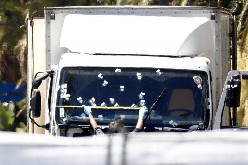Nizza, 2016. július 15. Lövedékek lyuggatta szélvédõjû teherautó a nizzai terrortámadás helyszínén, Nizzában 2016. július 15-én. A jármûvel elõzõ nap egy 31 éves tunéziai férfi belehajtott a francia nemzeti ünnepet lezáró késõ esti tûzijátékot nézõ tömegbe és közben lövéseket adott le a dél-franciaországi Nizza tengerparti sétányán. Legkevesebb 84-en vesztették életüket, többtucatnyian megsebesültek, közülük 18-an életveszélyes állapotban vannak. A rendõrök megölték a merénylõt. (MTI/EPA/Ian Langsdon)