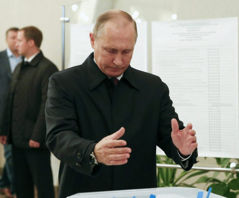 Moszkva, 2016. szeptember 18. Vlagyimir Putyin orosz elnök leadja szavazatát egy moszkvai szavazóhelyiségben 2016. szeptember 18-án, az orosz parlamenti választások napján. Az Állami Duma 450 új képviselõjét választják újra, a ház tagjainak felét a hagyományos módon, országos pártlistáról, a másikat pedig az idén újból bevezetett egyéni körzetek alapján. (MTI/EPA pool/Grigorij Dukor)