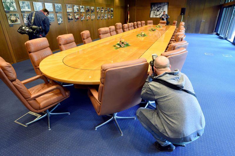 Bonn, 2016. szeptember 23. Fotóriporterek a volt német kancellári hivatal tárgyalótermében Bonnban 2016. szeptember 23-án. Bonn 1949 és 1990 között az NSZK fõvárosa, valamint a német kormány központja volt 1999-ig. A bonni kancelláriát a tervek szerint 2017 januárjában megnyitják a nagyközönség elõtt. (MTI/EPA/Henning Kaiser)