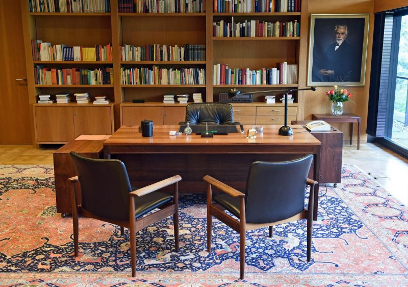 Bonn, 2016. szeptember 23. Kancellári íróasztal a volt német kancellári hivatalban Bonnban 2016. szeptember 23-án. Bonn 1949 és 1990 között az NSZK fõvárosa, valamint a német kormány központja volt 1999-ig. A bonni kancelláriát a tervek szerint 2017 januárjában megnyitják a nagyközönség elõtt. (MTI/EPA/Henning Kaiser)