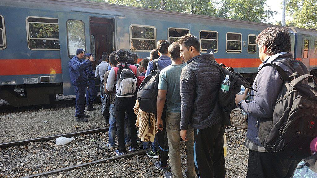 Röszke, 2015. szeptember 14.Migránsok szállnak fel rendőrök felügyelete mellett egy vonatra a röszkei vasútállomáson 2015. szeptember 14-én.MTI Fotó: Kelemen Zoltán Gergely
