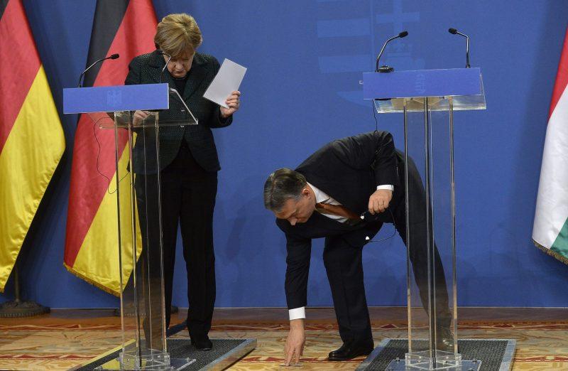 Budapest, 2015. február 2. Orbán Viktor miniszterelnök felveszi vendége, a hivatalos látogatáson Budapesten tartózkodó Angela Merkel német kancellár leejtett tollát a megbeszélésük után tartott sajtótájékoztatón a Parlamentben 2015. február 2-án. MTI Fotó: Illyés Tibor