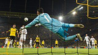 Dortmund's Gabonese forward Pierre-Emerick Aubameyang (L) scores past Real Madrid's Costa Rican goalkeeper Keylor Navas during the UEFA Champions League first leg football match between Borussia Dortmund and Real Madrid at BVB stadium in Dortmund, on September 27, 2016. / AFP PHOTO / Odd ANDERSEN