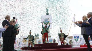 Budapest, 2016. szeptember 18. A gyõztes Kun Ferenc a Nemzeti Vágta döntõje utáni ünnepélyes díjátadón Budapesten, a Hõsök terén 2016. szeptember 18-án. A Füzérrõl érkezett lovas Colonia Victoria nevû lova nyergében végzett az élen, és lett a 2016 leggyorsabb lovasa címet kiérdemlõ versenyzõ. MTI Fotó: Szigetváry Zsolt