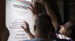Nyíregyháza, 2016. július 19.A kvótareferendumról tájékoztató hirdetményt helyezik ki a nyíregyházi városházán 2016. július 19-én. Az államfő október 2-ára írta ki a népszavazást a nem magyar állampolgárok Magyarországra történő kötelező betelepítéséről.MTI Fotó: Balázs Attila