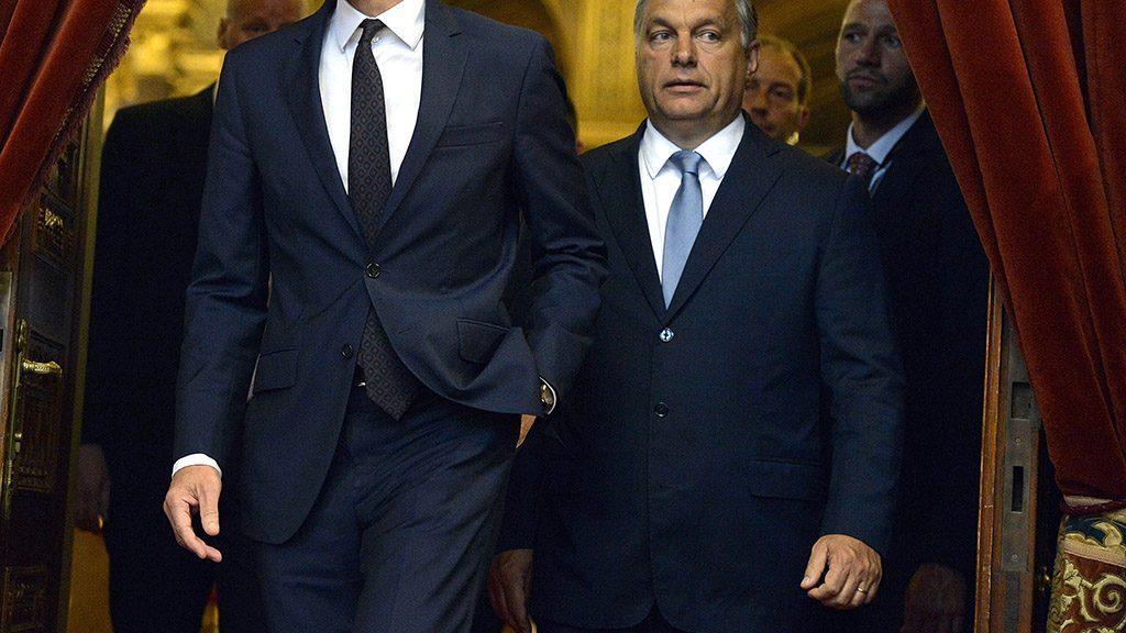 Budapest, 2016. július 26.Christian Kern osztrák kancellár (b) és Orbán Viktor miniszterelnök sajtótájékoztatóra érkezik az Országházban 2016. július 26-án.MTI Fotó: Koszticsák Szilárd
