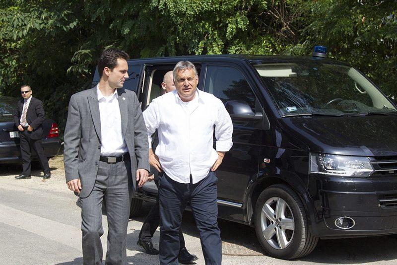 Kötcse, 2016. szeptember 10.Orbán Viktor miniszterelnök (j) érkezik a Polgári Magyarországért Alapítvány rendezvényére, a Polgári Piknikre a kötcsei Dobozy kúriánál 2016. szeptember 10-én. Mellette Havasi Bertalan, a Miniszterelnöki Sajtóiroda vezetője.MTI Fotó: Varga György