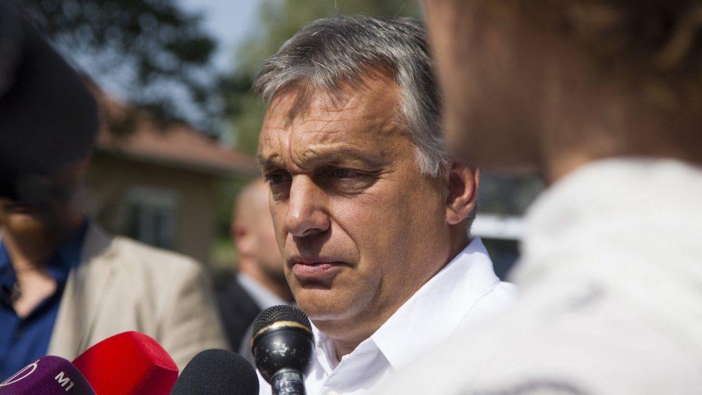 Kötcse, 2016. szeptember 10. Orbán Viktor miniszterelnök nyilatkozik a sajtónak a Polgári Magyarországért Alapítvány rendezvénye, a Polgári Piknik előtt a kötcsei Dobozy kúriánál 2016. szeptember 10-én. MTI Fotó: Varga György