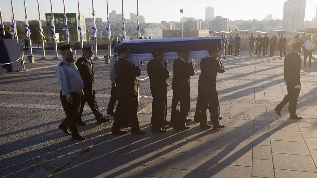 Jeruzsálem, 2016. szeptember 29.A parlament, a knesszet díszőrségének tagjai Simon Peresz Nobel-békedíjas volt izraeli miniszterelnök és államfő koporsóját a parlament jeruzsálemi épületéhez viszik, hogy felravatalozzák 2016. szeptember 29-én. A politikus az előző nap, 93 éves korában hunyt el. (MTI/EPA/Atef Szafadi)