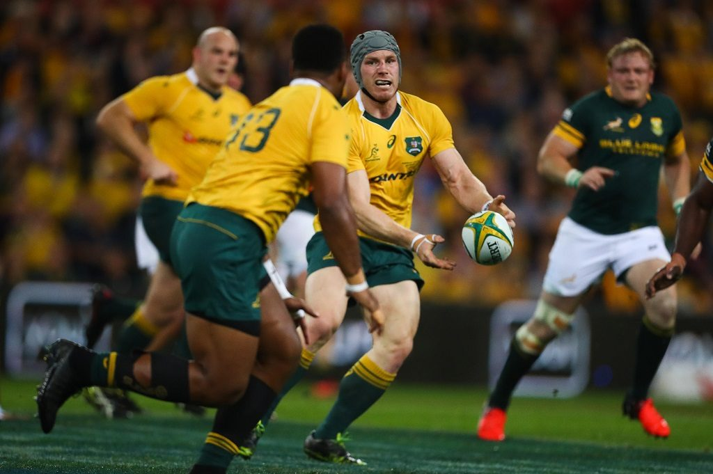 Australia's number eight David Pocock passes the ball during the Rugby Championship match between Australia and South Africa at Suncorp Stadium in Brisbane on September 10, 2016. / AFP PHOTO / Patrick HAMILTON / IMAGE RESTRICTED TO EDITORIAL USE - STRICTLY NO COMMERCIAL USE
