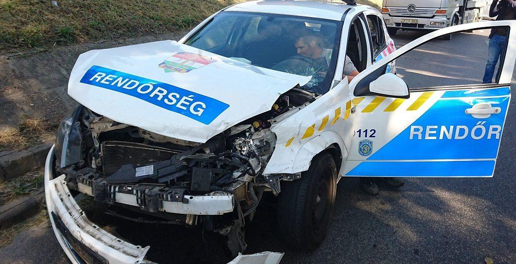 Budapest, 2016. szeptember 26. Ütközésben összetört rendõrautó a X. kerületben, a Maglódi út és a Gitár utca keresztezõdésében 2016. szeptember 26-án. A rendõrautó egy kisteherautóval ütközött, a balesetben egy ember könnyû sérüléseket szenvedett. MTI Fotó: Mihádák Zoltán