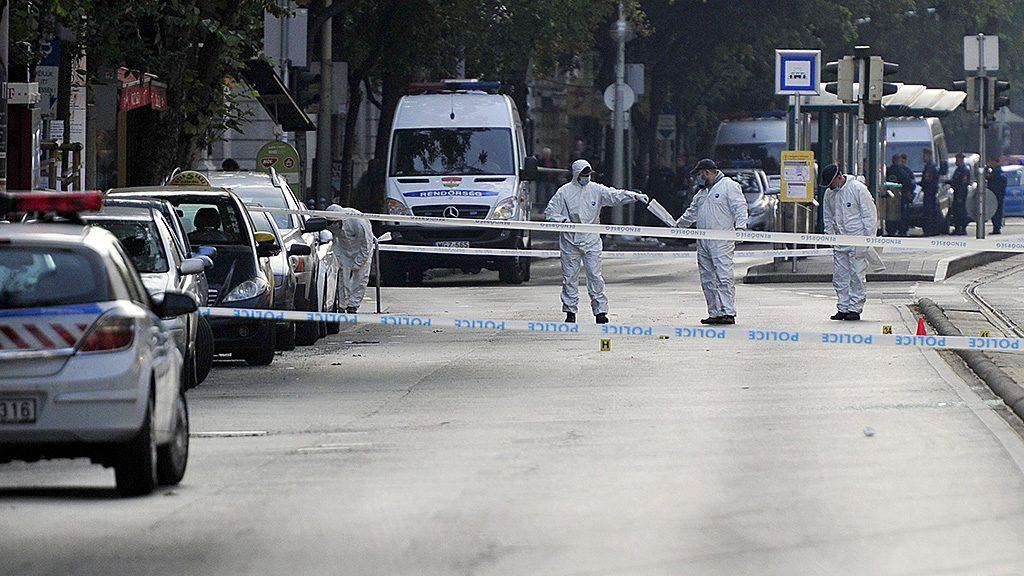 Budapest, 2016. szeptember 25.Bűnügyi helyszínelők dolgoznak 2016. szeptember 25-én Budapesten a Teréz körúton, ahol ismeretlen eredetű robbanás történt 24-én késő este az egyik földszinti üzlethelyiségnél, a Király utcai kereszteződés közelében. A robbanásban két rendőrjárőr súlyosan megsérült.MTI Fotó: Lakatos Péter