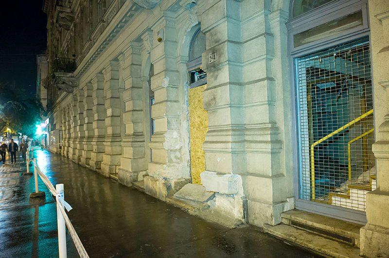 Budapest, 2016. szeptember 25.A Teréz körút 2-4. házszámnál szeptember 24-én éjszaka történt robbantás nyomai 2016. szeptember 25-én, a helyszínelés után. A robbantás célpontjai a rendőrjárőrök voltak. A házi készítésű, repeszképző anyagokkal kombinált robbanószerkezet súlyosan megsebesített két rendőrt.MTI Fotó: Lakatos Péter