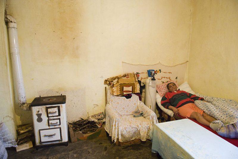 Uszka, 2010. március 17.A súlyos asztmás és szívbeteg Sankó Andrásné oxigénpalackra kötve fekszik Uszkai otthonában, ahová hat éve költöztek. Az önkormányzattól kaptak egy régi épületet, amit férjével együtt tettek lakhatóvá. A 402 lakosú Uszka csendes, békés, 80 százalékban cigányok lakta település, melynek összetartó erejét a hit adja. A Magyarországi Szabadkeresztény Gyülekezet imaházában minden csütörtökön és vasárnap összegyűlnek Uszka és a környékbeli települések (Méhtelek, Tiszabecs, Kispalád) cigány és nem cigány hívői, hogy lelkipásztoruk, Kovács Edgár vezetésével együtt imádják az Urat. A nagy szegénység ellenére a településen gyakorlatilag nincs bűnözés, ismeretlen a rendbontás, és mint egy nagy családban, a problémákat is együtt oldják meg.MTI Fotó: Balázs Attila